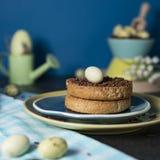 Bizcocho tostado con los huevos de Pascua holandeses del saludo del chocolate y del chocolate imágenes de archivo libres de regalías