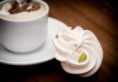 bizetkaka med pistaschmuttrar och en kopp kaffe Royaltyfri Fotografi