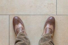 Biznesów buty na kamiennej podłoga Zdjęcie Stock