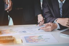 Biznesów drużynowi koledzy dyskutuje nowego planu wykresu pieniężnego data Zdjęcie Stock