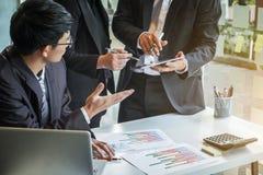 Biznesów drużynowi koledzy dyskutuje z wiele pracujący dokument g Zdjęcia Stock