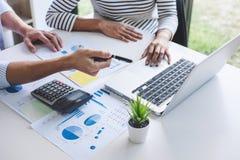 Biznesów drużynowi koledzy spotyka konferencyjny fachowy inwestor pracuje nową marketingową strategię biznesową i dyskutuje fotografia royalty free
