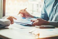 Biznesów drużynowi koledzy spotyka Planistyczną strategii analizę Obrazy Stock