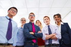 Biznesów drużynowi młodzi ludzie stoi wielo- etnicznego Zdjęcia Royalty Free
