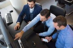Biznesów drużynowi analizuje dane na komputerze Obraz Royalty Free