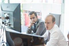 Biznesów drużynowi analizuje dane przy biznesowym spotkaniem Zdjęcie Stock