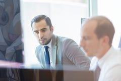 Biznesów drużynowi analizuje dane przy biznesowym spotkaniem Obrazy Royalty Free