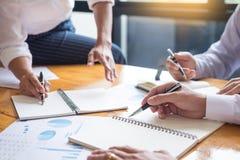 Biznesów drużynowi dane analizuje dochód map dokument podczas discu obrazy royalty free
