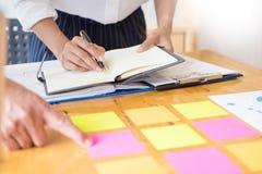 Biznesów drużynowi dane analizuje dochód map dokument podczas discu obraz stock