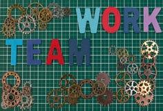 Biznesów narzędzia i biznesowego sukcesu pojęcie Metal przekładnie na tnącej deski maty tle z słowo drużyną pracują Obraz Royalty Free