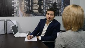 Biznes Biurowy życia pojęcie Biznesowe rozmowy, spotkanie, spotkanie dostawać pracę zostać one wywiad histeryczna praca jeden Dzi zdjęcie wideo