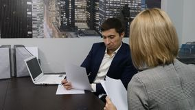 Biznes Biurowy życia pojęcie Biznesowe rozmowy, spotkanie, spotkanie dostawać pracę zostać one wywiad histeryczna praca jeden Dzi zbiory wideo