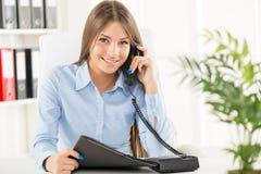 biznes biznesmena połączenia komórki głównym biurze telefonu mówi młody Fotografia Royalty Free