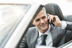 biznes biznesmena połączenia komórki głównym biurze telefonu mówi młody Obraz Royalty Free