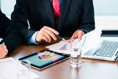 Biznes - biznesmeni pracuje z pastylka komputerem Zdjęcie Stock