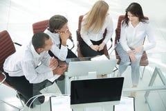biznes drużyna dyskutuje biznesowego dokument Biznesowy pojęcie obraz royalty free