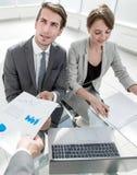 Biznes drużyna dyskutuje pieniężnych dokumenty zdjęcie royalty free