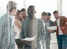 Biznes drużyna dyskutuje pracujących papiery zdjęcie royalty free