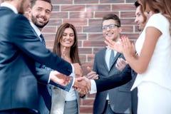 Biznes drużyna gratuluje partnerów z wnioskiem transakcja zdjęcie royalty free