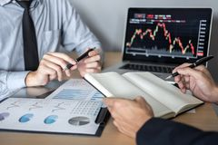 Biznes drużynowa dyskusja na spotkaniu planistyczny inwestorski handlu projekt i strategia na giełda papierów wartościowych z par fotografia stock
