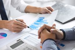 Biznes drużyny grupy brainstorming na spotkaniu planować inwestorskiego projekta działanie i strategię biznes robi rozmowie obraz royalty free