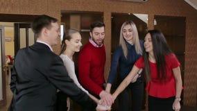 Biznes drużyna łączy ręki wpólnie Businessteam odświętności zwycięstwo w biurze zdjęcie wideo