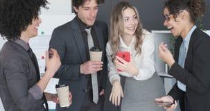 Biznes drużyna cieszy się środek zawartość na telefonie komórkowym zbiory wideo