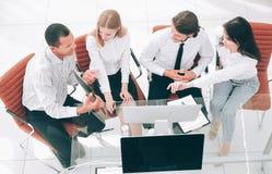biznes drużyna dyskutuje biznesowego dokument biznesowy concep zdjęcia royalty free