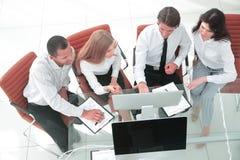 biznes drużyna dyskutuje biznesowego dokument Biznesowy pojęcie zdjęcia stock