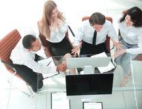 biznes drużyna dyskutuje biznesowego dokument Biznesowy pojęcie fotografia stock