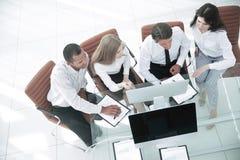 biznes drużyna dyskutuje biznesowego dokument Biznesowy pojęcie zdjęcie stock