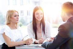 Biznes drużyna dyskutuje biznesowych zagadnienia, siedzi przy stołem w kawiarni zdjęcie royalty free
