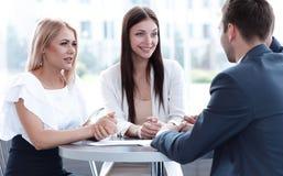 Biznes drużyna dyskutuje biznesowych zagadnienia, siedzi przy stołem w kawiarni obrazy royalty free