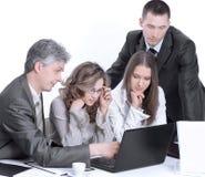 Biznes drużyna dyskutuje biznesowych zagadnienia siedzi za biurkiem fotografia stock
