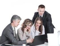 Biznes drużyna dyskutuje biznesowych zagadnienia siedzi za biurkiem zdjęcie royalty free