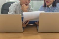 Biznes drużyna dyskutuje do siebie o pieniężnym raporcie w pokoju konferencyjnym zdjęcie stock