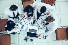 Biznes drużyna dyskutuje firma pieniężnego plan dla m zdjęcia stock