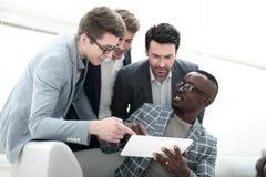 Biznes drużyna dyskutuje informację używać cyfrową pastylkę obraz stock