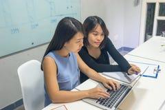Biznes drużyna dyskutuje o nowym projekcie na laptopie fotografia stock