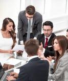 Biznes drużyna dyskutuje pieniężnego występ obrazy stock