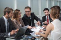 Biznes drużyna dyskutuje pieniężnych zagadnienia przy pracującym spotkaniem zdjęcia royalty free