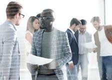 Biznes drużyna dyskutuje pracujących papiery obraz stock