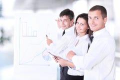 Biznes drużyna dyskutuje projekt i sprzedaże wzrostowych w biurze Zdjęcia Stock