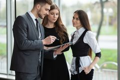 Biznes drużyna dyskutuje wpólnie plany biznesowych w biurze zdjęcie royalty free