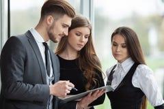 Biznes drużyna dyskutuje wpólnie plany biznesowych w biurze obrazy royalty free