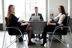 Biznes drużyna dyskutuje wpólnie plany biznesowych w biurze zdjęcie stock