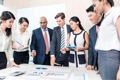 Biznes drużyna dyskutuje wykresy i liczby w spotkaniu fotografia royalty free