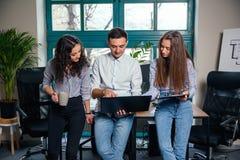 Biznes drużyna młodzi architekci lub projektanci tworzy nowego projekt podczas gdy pracujący w nowożytnym eleganckim biurze z duż zdjęcia royalty free