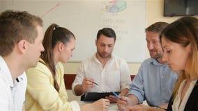 Biznes drużyna Młodzi Poważni ludzie Cieszy się Pracować Wpólnie Millennials grupa Opowiada Mieć zabawę W Wygodnym biurze zbiory