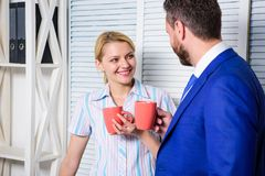 Biznes drużyna ma kawową przerwę, dyskusja opowiada przy biurowym pojęciem Fermata biznes Spotkanie kawa obrazy stock